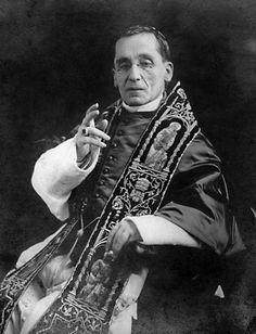 Benedetto XV, al secolo Giacomo Della Chiesa (1854-1922). Venne eletto Papa il 31 agosto 1914, un mese dopo lo scoppio della Grande Guerra