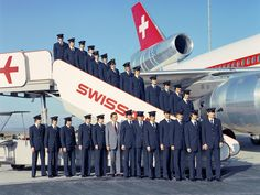 Stewards vor einer DC-10 1974 in Zürich-Kloten | © ETH-Bibliothek Zürich, Bildarchiv/Stiftung Luftbild Schweiz