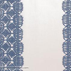 Papel Pintado Essentially Yours 47582 de imitación blonda en un azul intenso combinado con el blanco roto del fondo.