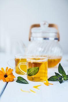 Hemgjort te på ringblommor och mynta! Coffee Time, Tea Time, Tea Cocktails, Mint Tea, Herbal Tea, Fort, Coffee Drinks, Smoothie, Herbalism