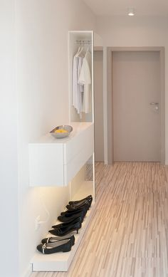 Idea for a small hallway apartment entryway, modern apartment decor Small Hallway Decorating, Interior Decorating, Interior Design, Entryway Storage, Entryway Ideas, Hallway Ideas, Entryway Dresser, Dresser Furniture, Dresser Ideas