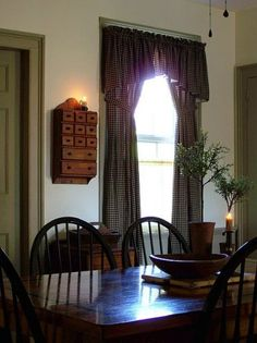 simple design for the country dining room Primitive Curtains, Primitive Dining Rooms, Primitive Kitchen, Country Primitive, Prim Decor, Country Decor, Farmhouse Decor, Primitive Decor, Beautiful Dining Rooms