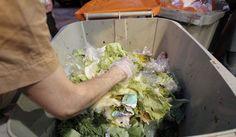 Según el Ministerio de Agricultura, Alimentación y Medio Ambiente, en España se desechan al año 7,7 millones de toneladas de alimentos aptos para el consumo. Los hogares son el eslabón de la cadena que más desperdicia, un 42%, y dentro de ellos los unipersonales tiran más comida que los formados por parejas con hijos. El 70% de los españoles desechan la comida porque no recuerdan que la tienen, lo que provoca que caduque o se estropee, según un estudio reciente de Aecoc. Una campaña lanzada…