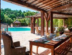 Es uno de los conceptos que se pueden poner en práctica en esta casa de 10.760 m2 que tiene el lujo de contar con dos fabulosas piscinas al aire libre.