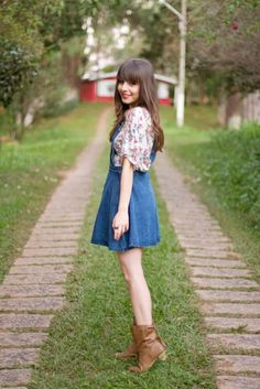 Jardineira jeans vestidinho http://vilamulher.terra.com.br/jardineira-jeans-como-usar-9-5007479-5926-pfi-josiemantilla.html