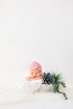 Boho inspired newborn session with Halleigh Hill Photography. Natural light and bright photographer in Orange County. Natural Maternity Photos, Family Maternity Photos, Newborn Baby Photos, Family Photos With Baby, Newborn Session, Newborn Pictures, Milk Bath Photography, Newborn Photography, Nature Photography