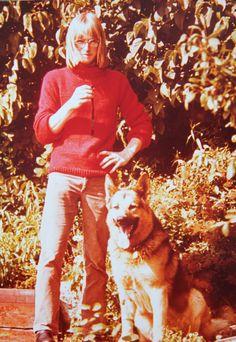 Erik Høy, 62, Brønshøj. Ung mand med schäferhund, Egernsund. Iført hjemmestrikket rød sweater, brune bukster og langt hår (1973).