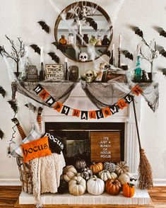 Casa Halloween, Halloween Mantel, Halloween Inspo, Theme Halloween, Halloween Home Decor, Diy Halloween Decorations, Halloween 2020, Holidays Halloween, Halloween Crafts