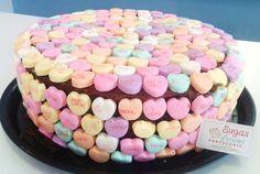 Pastel de chocolate con ganashe/ dulces de corazón con frases/ San valentin/