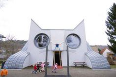 A criatividade na arquitetura não tem limites; na Alemanha, uma escola em formato de gato, com também uma saída lateral tipo escorregador em forma de cauda!