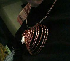 La gota de leche. Collar de aluminio cobrizo con colgante en forma de espiral cónica y falsa perla de lágrima, de Universo Solariana.