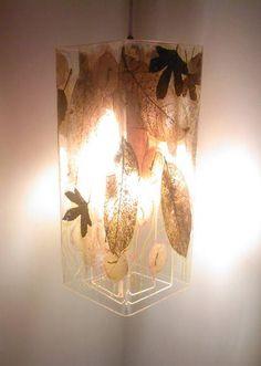 Luminária pendente.  Fabricada em acrílico de 4mm.  Decorada com flores y folhas secas.  Composição exclusiva em cada peça.  Sistema de iluminação desenvolvido para lâmpada de baixo consumo, inclusa no artefato.  Luminosidade 100w.