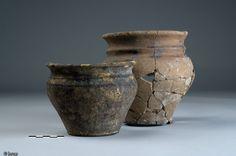 Deux vases gaulois, ferme gauloise de Vitré (Ille-et-Vilaine), IIIe-Ier s. avant notre ère, 2006.L'ensemble du matériel céramique exhumé à Vitré se compose de vaisselle ainsi que des vases de stockage à grande capacité. La ferme, qui présente une organisation originale, devait être une exploitation agricole prospère.Protohistoire