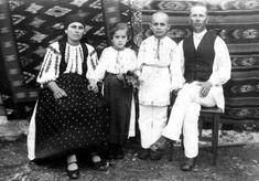 Fotografia realizată în 1938 de Samoilă Mârza familiei Sântimbrean