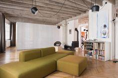 gutgut est un studio d'architecture pluridisciplinaire basé à Bratislava en Slovaquie. Les architectes ont développé tout leur savoir-faire pour la réhabilitation d'un ancien appartement des années 30 en un sublime loft.  La force de ce projet est que l'ancien dessin des pièces a servi de support au nouveau projet, les sols, les portes et leurs encadrements ont été conservés, ils servent maintenant de parois. Ce parti-pris singulier accentue les volumes et libère l'espace.