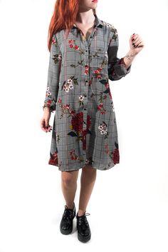 Vestido camisero súper amplio con bolsillo en estampado Príncipe de Gales con motivos florales.