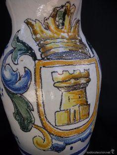 Antigua jarra de cerámica de Talavera decorado con escudo y castillo