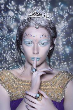 Crown about the snow: Tilda Swinton as snow queen Snow Queen, Ice Queen, Queen Queen, Queen Crown, White Lips, Winter Fairy, Queen Makeup, Tilda Swinton, Queen Costume