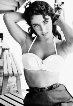 """Elizabeth Taylor on the set of """"Giant"""" Love the old pin up girl look Elizabeth Taylor, Mary Elizabeth, Old Hollywood Stars, Hollywood Icons, Vintage Hollywood, Hollywood Glamour, Hollywood Poster, Hollywood Actresses, Divas"""