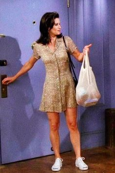 Controversial Opinion: Monica Was The Best-Dressed Character On 'Friends' Rachel Green might have been more beloved, but we firmly believe that Monica Geller (Courteney Cox) was the best dressed character on 'Friends. Rachel Green Outfits, Estilo Rachel Green, Rachel From Friends Outfits, Rachel Green Fashion, Moda Retro, Moda Vintage, Vintage Style, Vintage Looks, Vintage Fashion