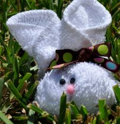Omg soooo cute! Learn how to make an adorable Easter bunny out of a wash cloth with this super easy tutorial!