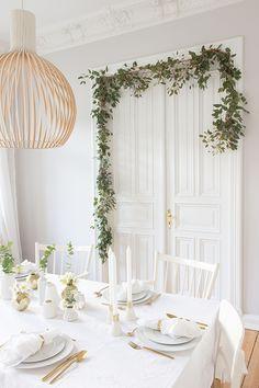 Tischdekoration für die Weihnachtszeit in Gold-Weiß-Grün. Inklusive schnell gemachter Girlande und easypeasy Türkranz aus Eukalyptus. | Ohhh… Mhhh…
