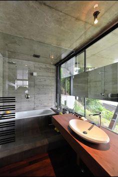 地下に設けられた浴室も大きな開口に面して気持ち良く入浴できる。