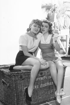 Judy Garland & Lana Turner on the set of Ziegfeld Girl, 1941 vintage fashion style photo print ad movie star icon models shirt skirt shorts casual day sports wear shoes shirt pinafore jumper playsuit Old Hollywood Stars, Old Hollywood Glamour, Golden Age Of Hollywood, Vintage Hollywood, Classic Hollywood, Vintage Glam, Vintage Hair, Vintage Fashion, Judy Garland