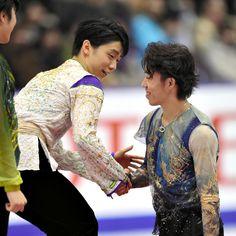 表彰式で3位の無良崇人と握手する羽生結弦=白井伸洋撮影 (2015年12月26日)