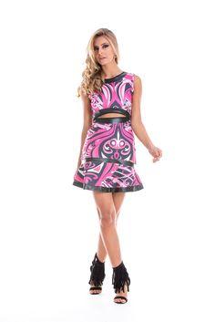 Vestido estampado sem mangas, com detalhe vazado na cintura, estilo cropped, detalhes em couro. Estampa rosa.