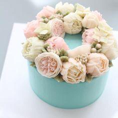 - Advanced class day 1 왼손잡이 이신데 양손 번갈아가면서 예쁘게 완성해주셨어요  - #flowercake #flowercakeclass #mydearcake #mydear #korea #wilton #cakeclass #bakingclass #buttercream #baking #cake #flower #플라워케이크 #마이디어 #마이디어케이크  #플라워케이크클래스 #koreacake #florist #flowerdecoration #fondant #fondantcake #peony #wreath #hydrangea #roses