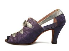 Shoe-Icons / Shoes / Open toe shoes with lavender color upper, decorated with straps of silver leather.