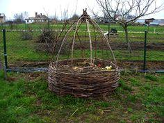 Pěkný proutěný kompostér i se stříškou, patří Monice Frančíkové z Veltrub. Obrázek pochází z galerie Miss kompost 2009 (http://old.ekodomov.cz/index.php?id=97)