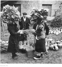 Mujeres en la plaza de algun pueblo gallego,hace muchos años....