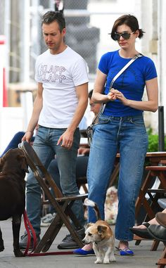 Anne Hathaway paired fabulous printed sunnies with her casual ensemble of jeans and a tee for a chic-meets-chill look!