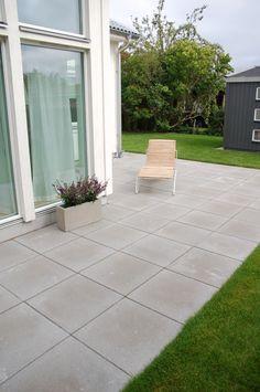 betongplattor släta grå - Sök på Google How To Lay Concrete, How To Lay Pavers, Concrete Patio, Backyard Play, Backyard Patio, Forest House, Outdoor Living, Outdoor Decor, Outdoor Gardens