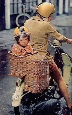 1960s: Wicker child transporter | Retronaut! Ook nog ingezeten bij m'n moeder achterop de fiets ❤️