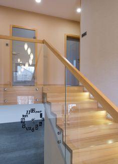 Stair Railing Design, Stair Decor, Glass Railing, Stair Renovation, Pintura Exterior, House Construction Plan, Open Plan Kitchen Living Room, Modern Stairs, Entry Doors