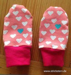 Einfache Babyhandschuhe nähen für Herbst und Winter - ohne Daumen, einfache Anleitung auf www.strickstern.de - Damit die Hände im Kinderwagen warm bleiben.