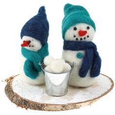 Lumiukkojen pohjalla on vanusta tehty vartalo, näin villaa menee vähemmän. Voit käyttää pohjalla myös styroxaihioita. Pompoms pallojen päälle on taas helppo huovuttaa pieniä pyöreitä lumipalloja.