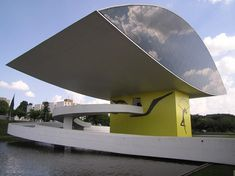 """Museu Oscar Niemeyer, 2001, Curitiba  O hoje mundialmente conhecido """"museu do olho"""" não nasceu com esse formato e nem tinha essa função. Inaugurado em 1978, era apenas um grande edifício modernista que abrigava algumas secretarias de estado. O olho é na verdade um anexo desenhado mais tarde e inaugurado em 2002, quando todo o complexo foi transformado em museu de arte e design. Uma de suas alas guarda uma exposição permanente sobre o próprio Niemeyer, exibindo um belo acervo de projetos."""