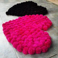 Alfombra de lana, realizada con pompones de lana, en base de Panama