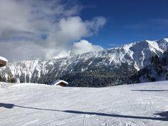 une journée ensoleillée sur les pistes de ski