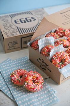 These mini donuts are to die for. How adorable are these? Put them in adorable boxes and serve to your guests as a parting gift-- or pass them around for a delicious end of party treat! Mini Donuts, Doughnut, Donuts Donuts, Bolo Tumblr, Cute Food, Yummy Food, Bake Sale Recipes, Vintage Baking, Donut Recipes