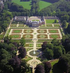 The famous Dutch Baroque Garden at Het Loo Paleis follows the Baroque general formula established by André Le Nôtre: perfect symmetry, axial layout with radiating gravel walks, parterres with fountains, basins and statues.