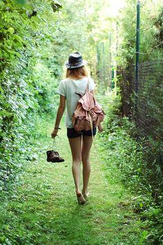 En son ne zaman ayakkabılarını çıkarıp çimenlerin üzerinde dolaştın. Unutma hayat çok kısa. Bugün varız yarın yokuz. Her anın tadını çıkar, mutlu ol. ❤️