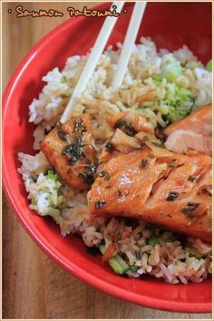 saumon mariné dans jus d'orange, jus de citron, miel, sauce soja, huile d'olive, poivre et gingembre rapé, oignons nouveaux. Laisser mariner une nuit, puis cuire au four dans la marinade ( 15 mn à 180°) et servir avec du riz et des légumes.