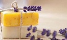 Making soap is a great opportunity to get creative. Hopefully this article on homemade soap, will get you started on your creative journey. Many of us delight Diy Organic Beauty Recipes, Homemade Beauty, Homemade Gifts, Diy Gifts, Diy Savon, Soap Maker, Organic Soap, Organic Homemade, Tips & Tricks