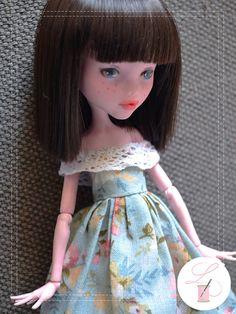Robe pour Monster High faite à la main. Faites dun tissus bleu à fleurs et décoré de dentelle. Il y a aussi une petite breloque en forme de lapin en bas.  Attention: cet article est petit et fait main, par conséquent fragile. A manier avec précaution.