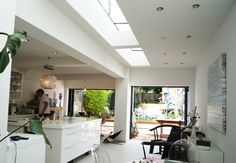 Side return extension / glass roof lights flat to let in light Glass Extension, Roof Extension, Extension Google, Extension Ideas, Orangery Roof, Side Return Extension, Victorian Terrace, Victorian Houses, London House